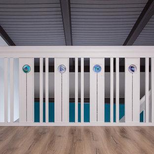 Пример оригинального дизайна: прямая лестница в современном стиле с деревянными перилами
