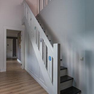 На фото: прямая лестница в современном стиле с деревянными ступенями, деревянными подступенками и деревянными перилами с
