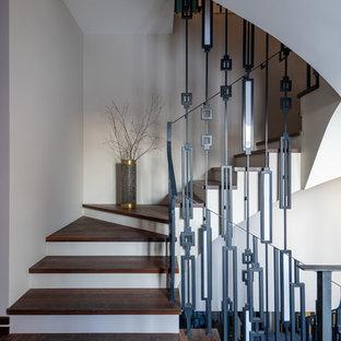 На фото: лестница в современном стиле с деревянными ступенями и металлическими перилами