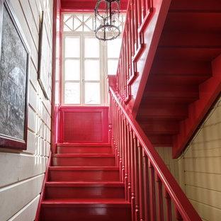 モスクワの中くらいのフローリングのエクレクティックスタイルのおしゃれな折り返し階段 (フローリングの蹴込み板) の写真