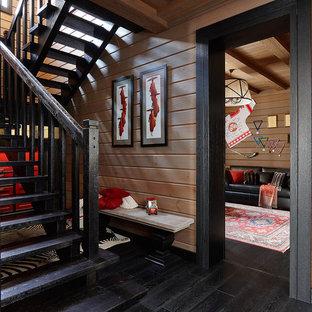 Идея дизайна: п-образная лестница в стиле кантри с деревянными ступенями и деревянными перилами