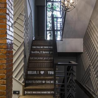 Идея дизайна: п-образная лестница в стиле лофт с деревянными ступенями и деревянными подступенками
