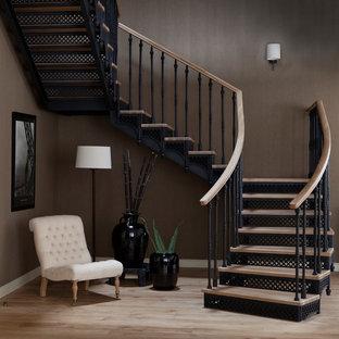 Идея дизайна: п-образная лестница в стиле современная классика с деревянными ступенями, металлическими подступенками и перилами из смешанных материалов