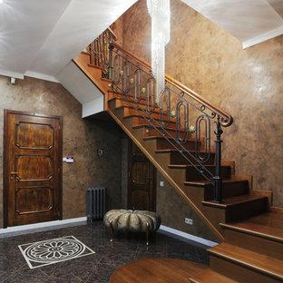 Свежая идея для дизайна: угловая лестница в классическом стиле с деревянными ступенями, деревянными подступенками и перилами из смешанных материалов - отличное фото интерьера