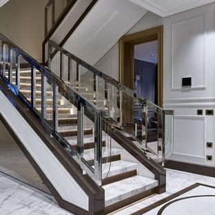 Пример оригинального дизайна: п-образная лестница в стиле современная классика с мраморными ступенями и перилами из смешанных материалов