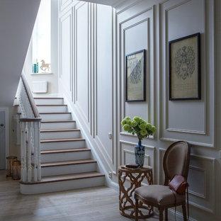 На фото: лестница среднего размера в классическом стиле с деревянными перилами с