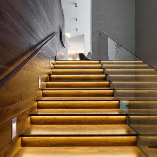 Идея дизайна: прямая лестница в современном стиле с стеклянными перилами