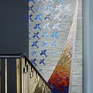モスクワのトランジショナルスタイルのおしゃれな折り返し階段 (混合材の手すり) の写真