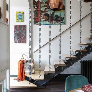 Ejemplo de escalera recta, ecléctica, sin contrahuella, con escalones de madera