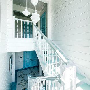 Пример оригинального дизайна: п-образная лестница среднего размера в средиземноморском стиле с деревянными ступенями и деревянными перилами без подступенок