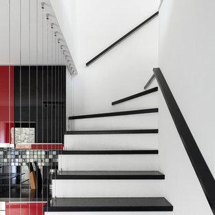 Выдающиеся фото от архитекторов и дизайнеров интерьера: угловая лестница в современном стиле с перилами из тросов