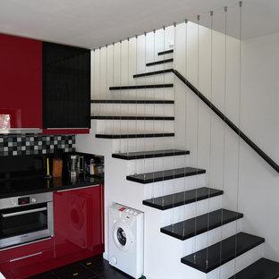 Ejemplo de escalera curva, actual, pequeña, con barandilla de cable