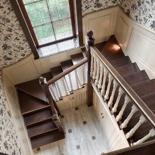 Создайте стильный интерьер: п-образная лестница в стиле современная классика с деревянными ступенями и деревянными перилами - последний тренд