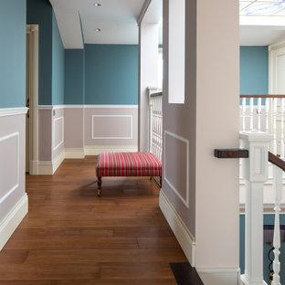На фото: лестница в современном стиле с деревянными перилами