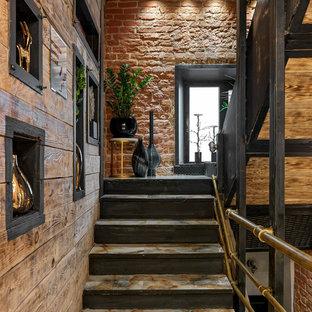 モスクワのタイルのインダストリアルスタイルのおしゃれな折り返し階段の写真