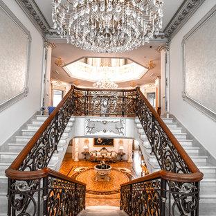 Удачное сочетание для дизайна помещения: п-образная лестница в викторианском стиле с перилами из смешанных материалов - самое интересное для вас