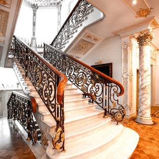На фото: п-образные лестницы в классическом стиле с перилами из смешанных материалов