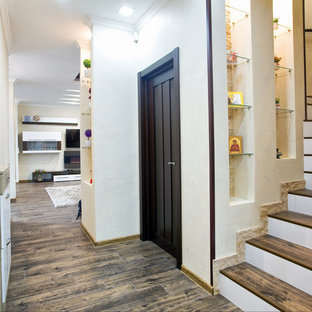 Imagen de escalera en L, mediterránea, con escalones de madera