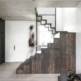 Modelo de escalera industrial, pequeña, con escalones de madera pintada, contrahuellas de madera y barandilla de metal