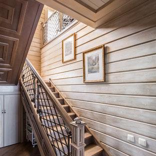 Выдающиеся фото от архитекторов и дизайнеров интерьера: п-образная лестница среднего размера в классическом стиле с перилами из смешанных материалов, деревянными ступенями и деревянными подступенками
