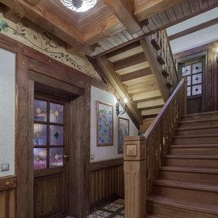 Свежая идея для дизайна: п-образная лестница в стиле кантри с деревянными ступенями и деревянными подступенками - отличное фото интерьера