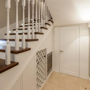 Modelo de escalera en U, clásica renovada, con escalones de madera y barandilla de madera