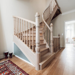 Стильный дизайн: лестница в классическом стиле с деревянными ступенями, деревянными перилами и деревянными подступенками - последний тренд