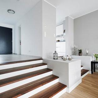 На фото: класса люкс прямые лестницы в современном стиле с деревянными ступенями