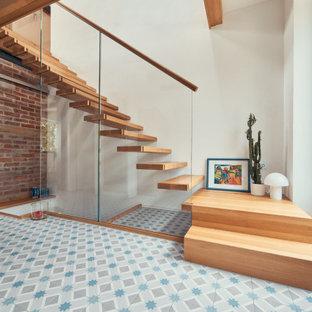 Пример оригинального дизайна: угловая лестница в скандинавском стиле с деревянными ступенями и перилами из смешанных материалов без подступенок