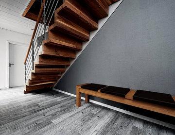 Консольная лестница из ореха с балюстрадой из нержавеющей стали