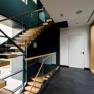 Идея дизайна: угловая лестница в современном стиле с стеклянными перилами без подступенок