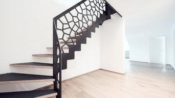 Консольная лестница в темных тонах с балюстрадой в виде Диаграммы Вороного
