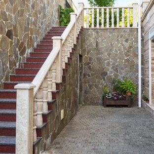 На фото: прямая лестница в средиземноморском стиле с мраморными ступенями