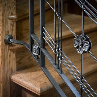 サンクトペテルブルクの大きい木のラスティックスタイルのおしゃれならせん階段 (金属の蹴込み板、混合材の手すり) の写真