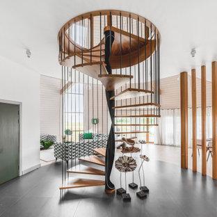 Неиссякаемый источник вдохновения для домашнего уюта: винтовая лестница в современном стиле с деревянными ступенями и металлическими перилами без подступенок