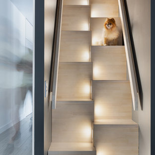 На фото: прямая лестница в скандинавском стиле с деревянными ступенями и деревянными подступенками