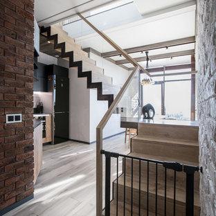 Неиссякаемый источник вдохновения для домашнего уюта: угловая лестница в современном стиле с деревянными ступенями, деревянными подступенками и стеклянными перилами