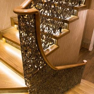 Создайте стильный интерьер: п-образная лестница в классическом стиле с деревянными ступенями и металлическими подступенками - последний тренд
