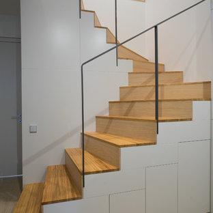 Удачное сочетание для дизайна помещения: п-образная лестница среднего размера в современном стиле с деревянными ступенями и деревянными подступенками - самое интересное для вас