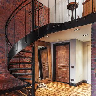 Foto de escalera de caracol, urbana, sin contrahuella, con escalones de madera