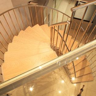 Foto di una scala a chiocciola design di medie dimensioni con pedata in legno