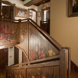 Удачное сочетание для дизайна помещения: п-образная лестница в стиле кантри с деревянными ступенями, деревянными подступенками и деревянными перилами - самое интересное для вас