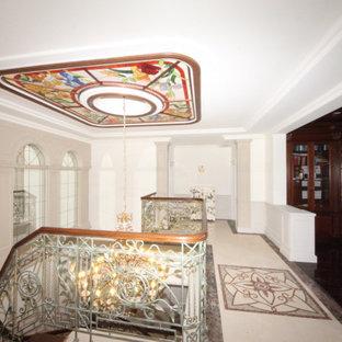 Diseño de escalera en U y panelado, clásica renovada, grande, con escalones de madera, contrahuellas de madera, barandilla de metal y panelado
