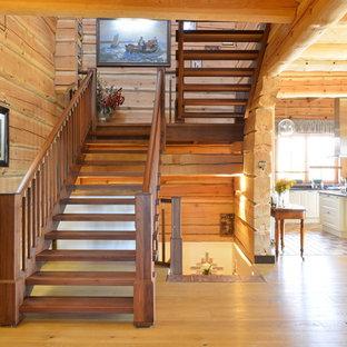 Создайте стильный интерьер: большая п-образная лестница в стиле рустика с деревянными ступенями без подступенок - последний тренд