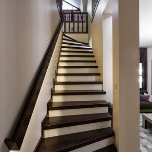Неиссякаемый источник вдохновения для домашнего уюта: угловая лестница в классическом стиле с деревянными ступенями и деревянными перилами