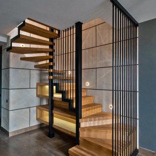 Inspiration för en mellanstor funkis u-trappa i trä, med sättsteg i trä och räcke i metall