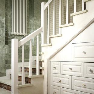 Imagen de escalera curva, escandinava, grande, con escalones de madera y contrahuellas con baldosas y/o azulejos