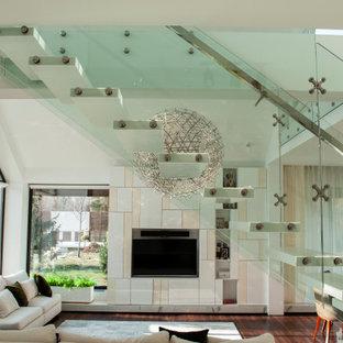 Foto di una piccola scala a rampa dritta con pedata in marmo e parapetto in vetro