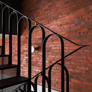 Idéer för en mellanstor modern l-trappa i metall, med sättsteg i metall och räcke i metall
