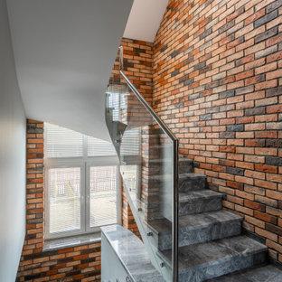 Идея дизайна: п-образная лестница в стиле лофт с кирпичными стенами